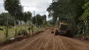 CON RECURSOS PROPIOS: Pobladores del sector Tumba mejoran sus accesos
